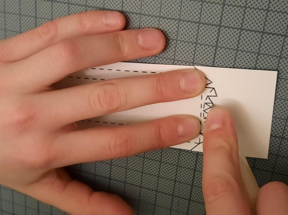 Papiermesser-genau-Hand-vorsichtig